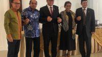 Bersama menteri KKP Bapak Edhy Prabowo, senior Bapak Freddy Numberi, Bpk.Fadel Muhammad, Bpk Cicip sebelum sertijab hari ini. Selamat bertugas Pak Edhy.   Dok @susipudjiastuti115/Halonusa