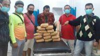 Petugas kepolisian bersama tersangka Musyafar alias Syafar (40) beserta berang bukti 14,2 kilogram ganja