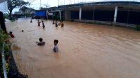 Daerah Jondul Rawang, Kota Padang, Sumatera Barat kembali tergenang banjir, Senin (23/11/2020). Cuaca di Sumbar hingga 23 November 2020 masih berpotensi hujan berintensitas sedang hingga lebat disertai kilat dan petir. | Photo credit should read Bobi/Halonusa