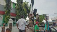 Anggota Satpol PP Kota Padang, Sumatera Barat mencopot APK calon kepala daerah dari pohon, Rabu (25/11/2020)   Gon/Halonusa