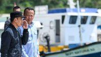 Edhy Prabowo (2nd L) has apologised to President Widodo.(Reuters: M Risyal Hidayat)