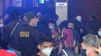 Pengunjung tempat hiburan malam di Kota Padang, Sumatera Barat diperiksa anggota satuan operasi gabungan, Sabtu (21/11/2020)| Photo read should by RF/Halonusa