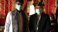 Gubernur Sumatera Barat, Irwan Prayitno dan Jasman Rizal berfoto bersama usai tauliah gelar adat Datuak Bandaro Bendang yang disematkan kepadanya di Solok Selatan, Sabtu (28/11/2020).   Dinas Kominfo Provinsi Sumbar/Halonusa.