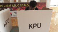 Warga binaan di Lembaga Pemasyarakatan (Lapas) Kelas II A Padang ikut memberikan hak suaranya pada Pemilihan Kepala Daerah (Pilkada) serentak 2020, Rabu (9/12/2020) | Gon/Halonusa