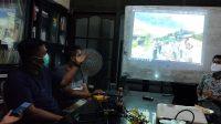 Salah seorang warga Korong Simpang Buayan, Lubuk Aluang, Padang pariaman saat di LBH Padang, Rabu (20/1/2021) menunjukan bukti terkait dugaan arogansi aparat keamanan di lokasi galian C dekat pembangunan jalan tol Padang-Pekanbaru. Int/Halonusa