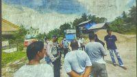 Warga Korong Simpang Nagari Buayan Lubuk Aluang, Kecamatan Batang Anai, Kabupaten Padang Pariaman, Sumatera Barat saat berada di depan pintu pengangkutan material galian c yang kemudian diadang aparat keamanan. Is/Tanharimage/Halonusa