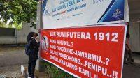 Nasabah korban AJB Bumiputera 1912 melakukan aksi damai dengan memasang spanduk meminta pertanggungjawaban Bumiputera terkait uang klaim dan lainnya, Kamis (11/2/2021)   Halonusa.com