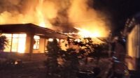 Rumah pasangan suami istri (pasutri) di Kabupaten Tanah Datar, Sumatera Barat (Sumbar), terbakar.