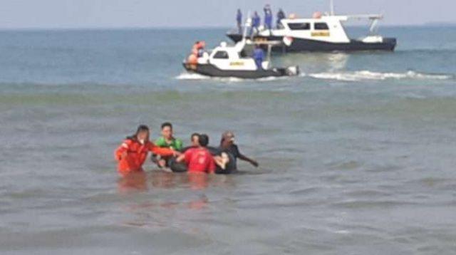 Evakuasi bocah yang ditemukan meninggal dunia di Pantai Lolong, Padang, Sabtu (6/3/2021) pagi.