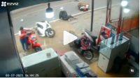 Sepeda motor berjatuhan setelah ditabrak truk di jalan Solok-Padang, Rabu (17/3/2021).