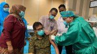 Mantan Gubernur Sumbar, Irwan Prayitno saat disuntik vaksin di RSUP M Djamil Padang, 2 Maret 2021 lalu. (Foto: FB Irwan Prayitno)