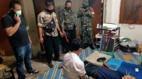 Polisi dari Polsek Kota Bukittinggi saat mengindentifikasi jenazah korban yang bunuh diri di Kelurahan Manggis Gantiang