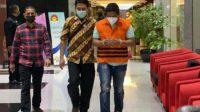 Penyidik Komisi Pemberantasan Korupsi (KPK) asal Polri Stepanus Robin Pattuju resmi mengenakan rompi oranye. Mantan Kapolsek Gemolong, Sragen, Jawa Tengah (Jateng) itu resmi menjadi tersangka di KPK atas dugaan kasus suap dan pemerasan