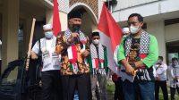 Agresi militer Israel, Gubernur Sumatera Barat Mahyeldi ikut aksi bela Palestina dengan melepas peserta aksi solidaritas, dari halaman masjid Raya Sumatera Barat, Minggu (22/5/2021). | Halonusa