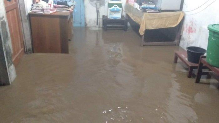 Banjir merendam rumah warga di Kecamatan Ramah Ampek Hulu Tapan, Kabupaten Pesisir Selatan, Sumatera Barat, Minggu (16/5/2021).   Int/Halonusa