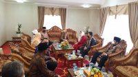 Gubernur Sumatera Barat (Sumbar) Mahyeldi saat mendampingi kedatangan rombongan Komisi VIII DPR RI bertandang untuk pengawasan pengelolaan asrama haji selama tiga hari (26 - 28 Mei 2021) di UPT Asrama Haji Tabing Kota Padang dan Asrama Haji Padang Pariaman Provinsi Sumbar.