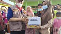Mewakili para siswa lainnya yang terdampak banjir sungai Batang Tapan, Kecamatan Ranah Ampek Hulu Tapan, Kabupaten Pesisir Selatan, Sumatera Barat, dengan menerima bantuan logistik dan peralatan sekolah lainnya dari Gubernur Sumatera Barat (Sumbar), Mahyeldi saat meninjau lokasi terdampak banjir yang terjadi sejak Maret 2021.