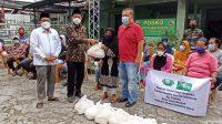 Pengurus Wilayah Nahdlatul Ulama Sumatera Barat (PWNU-Sumbar) bersama Yayasan Buddha Tzu Chi membagikan paket sembako kepada warga kurang mampu, salah satunya yang terpusat di Posko pemantauan Covid-19 di Koramil 01/Padang Barat-Utara, Jumat (7/5/2021). | Halonusa
