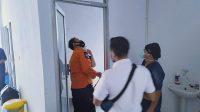 Petugas BPBD dan SAR Mentawai melakukan pengecekan terhadap RSUD Kabupaten Kepulauan Mentawai, Sumatera Barat, Indonesia pasca gempa yang terjadi Rabu pagi ini, 5 Mei 2021. | Walter Saogo/Halonusa via Tanharimage.com