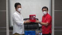 : Executive Vice President West Area Sales Telkomsel Gilang Prasetya menyerahkan cinderamata kepada Walikota Batam Muhammad Rudi - Tanhariamge.com