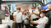 Wakil Walikota Batam Amsakar Achmad, S.Sos., M.Si. Saat Menggunakan Usecase 5G Cloud Game di graPARI Batam
