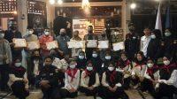 Foto bersama usai penyerahan Piagam Penghargaan kepada masing-masing lembaga yang berkolaborasi saat aksi donor darah bersama Duas Coffee dan UKM KSR PMI Unit Universitas Bung Hatta Proklamator