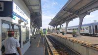 Petugas Stasiun Padang menunggu kedatangan kereta api Minangkabau Ekspres (Mineks) jurusan Padang-BIM. (Foto: Dok. KAI Sumbar)