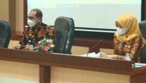 Camat Lubuk Begalung, Heriza Syafani (kiri) didampingi Kepala Seksi Tata Pemerintahan (Kasi Tapem), Eka Perwita Sari. (Foto: Dok. Istimewa)
