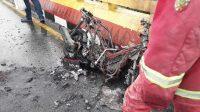 Sebuah motor Honda PCX tinggal kerangka setelah terbakar di Kota Pekanbaru, Riau, Rabu (14/7/2021).