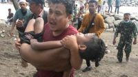 Anggota BPBD Kota Padang, Rico menggendong korban yang tergulung ombak di Pantai Padang, Sumatera Barat (Sumbar) Selasa (6/7/2021)