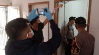 Polisi melakukan olah Tempat Kejadian Perkara (TKP) di kediaman anggota polisi di Polda Sumbar yang ditemukan tewas gantung diri pada Sabtu (21/5/2021) pagi. (Foto: Dok. Polresta Padang)