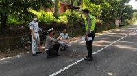 Polisi melakukan olah TKP pasca kecelakaan maut yang terjadi di Tanjung Bingkung, Kabupaten Solok pada Sabtu (21/8/2021) dini hari. (Foto: Dok. Polres Solok)