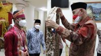 Gubernur Sumbar Mahyeldi saat menjemput kedatangan Najib di Bandara Internasional Minangkabau, Kamis (26/8/2021).