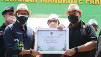 Menparekraf Sandiaga Uno menyerahkan piagam penghargaan kepada Wagub Sumbar Audy Joinaldy, Jumat (27/8/2021) di Pariaman.