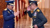 Jenderal Gatot Nurmantyo dan Panglima TNI Marsekal Hadi Tjahjanto saling memberi hormat usai pelantikan di Istana Negara, Jumat (8/12/2017) silam. (Foto: Dok. Agus Suparto/Fotografer Kepresidenan)
