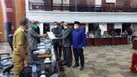 Ketua DPRD Sumatera Barat, Supardi didampingi para wakil ketua saat menerima dokumen ajuan hak angket dari 33 legislator DPRD Sumbar. Terlihat Wakil Gubernur Sumatera Barat, Audy Joinaldy menyaksikan penyerahan berkas hak angket oleh HM Nurnas.