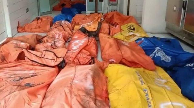Jenazah napi yang jadi korban kebakaran Lapas Tangerang dibawa ke RSUD Kabupaten Tangerang, Kota Tangerang, untuk diidentifikasi pada Rabu (8/9/2021).