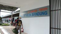 Salah satu penumpang yang naik kereta api dari Stasiun Bandung. (Foto: Dok. KAI Daop 2 Bandung)