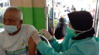 Salah seorang peserta vaksin Covid-19 tahap kedua di Kecamatan Lubuk Begalung. (Foto: Dok. Istimewa)