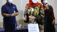 Wali Kota Bandar Lampung Eva Dwiana saat menerima bingkisan dari Lampung Post saat acara Lampung Health Summit, Kamis, 16 September 2021. Lampost.co/Zainuddin