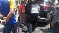 Polisi memeriksa mobil oknum ASN asal Kampar yang bersikap arogan saat didenda karena melanggar Prokes. (Foto: Dok. Istimewa)