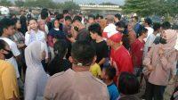 Sejumlah warga memadati lokasi dua remaja di Padang yang hanyut di kawasan Pantai Padang. (Foto: Dok. Istimewa)