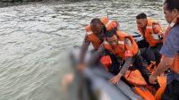 Petugas mengevakuasi korban terakhir remaja hanyut di Pantai Padang. (Foto: Dok. Pusdalops PB Kota Padang)