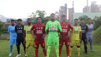 Pemain Semen Padang FC (SPFC) memperkenalkan jersey baru di Lapangan Golf bekas tambang Clay PT Semen Padang dengan latar belakang pabrik. (Foto: Dok. Media Officer SPFC)