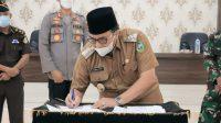 Bupati Pasaman, Benny utama menandatangani serah-terima tanah ke Polres Pasaman untuk pembangunan Polsek Rao Utara. (Foto: Dok. Polres Pasaman)
