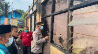 Wakapolres Dharmasraya, Kompol Alwi Haskar melakukan pengecekan pasca ponpes Nurul Iman terbakar. (Foto: Dok. Humas Polres Dharmasraya)