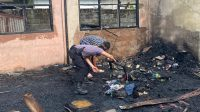 Polisi membantu membersihkan puing-puing bangunan yang tebrakar di Ponpes Nurul Iman Dharmasraya. (Foto: Dok. Humas Polres Dharmasraya)