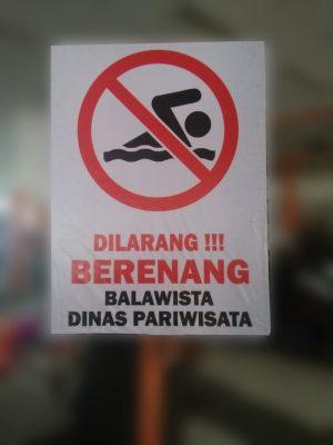 Plang larangan berenang oleh Balawista dan Dispar Padang. (Foto: Dok. Istimewa)