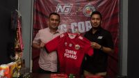 Manajer Semen Padang FC, Effendi Syahputra dan CEO NG Corp, Nicho Christian Ersada Ginting usai menandatangani kerjasama sponsor di Liga 2 2021. (Foto: Dok. MO SPFC)