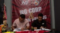 Manajer SPFC, Effendi Syahputra (kiri) dan CEO NG Corp, icho Christian Ersada Ginting (kanan) menandatangani kerjasama sponsor Liga 2 2021. (Foto: Dok. MO SPFC)